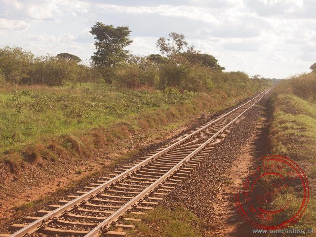 We passeren de spoorlijn nabij Livingstone. De spoorlijn verbindt Cairo in Egypte met Kaapstad in Zuid Afrika
