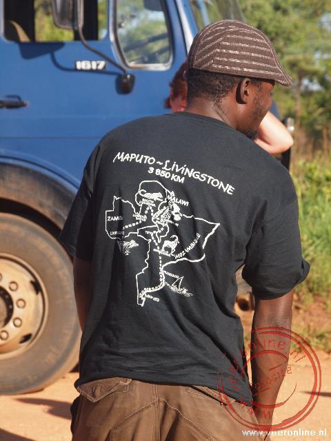Aron toont zijn T-Shirt met de route van de reis