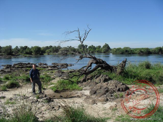 De machtige Zambezi rivier in Zambia enkele kilometers voordat het water van de Victoria Falls valt
