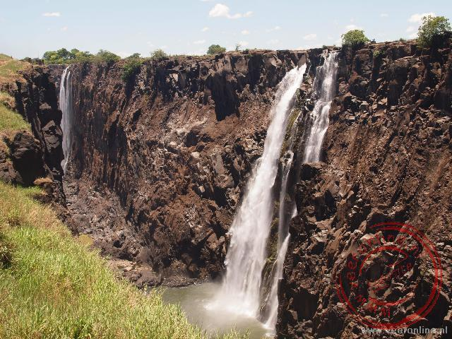 De Victoria Falls in de droge periode. In april komt er water over de hele rand
