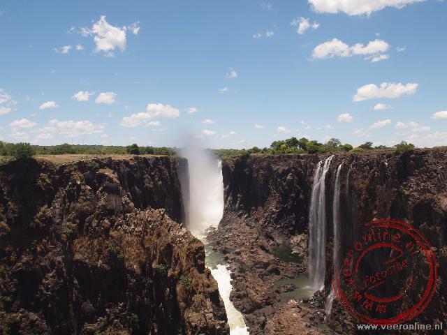 Een uitzicht overde Victoria Falls vanuit Zambia. In de verte is de main Falls te zien.
