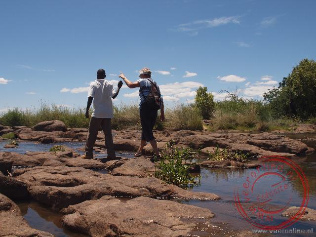 Een wandeling over de drooggevallen oostzijde van de waterval naar Livingstone Island.