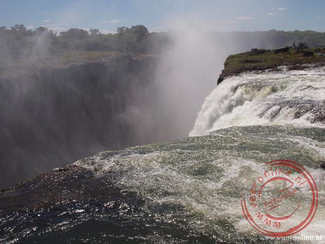 Een enorme watermassa stort zich van de honderd meter hoge Victoria Falls