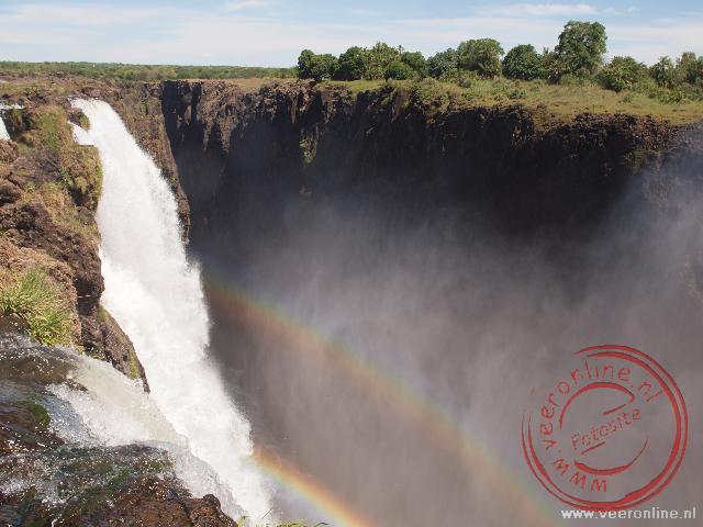 Prachige regenbogen ontstaan door het opspattende water van de Rainbow Falls in de Victoria Falls