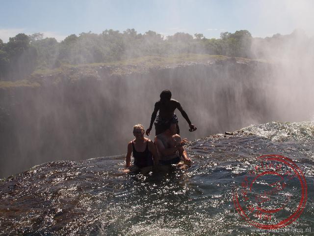 Baden op de rand van de Victoria Falls in the Devils Pool. Een spannend bad.