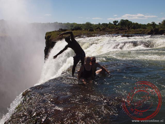 Op de rand van de Victoria Falls ervaar je de geweldige Victoria Falls helemaal.