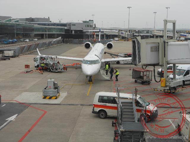 Het vliegtuig op de luchthaven Schiphol