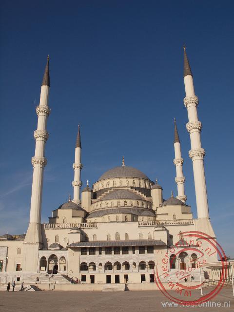 De Kocatepe moskee behoort tot de grootste moskeeën ter wereld