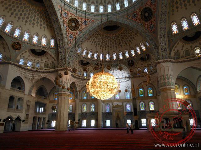 Het interieur van de Kocatepe moskee in Ankara