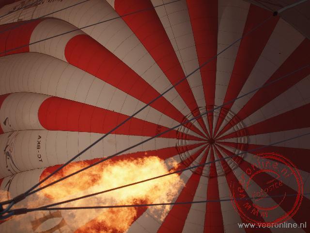 Het opstijgen van de luchtballon boven Cappadocië