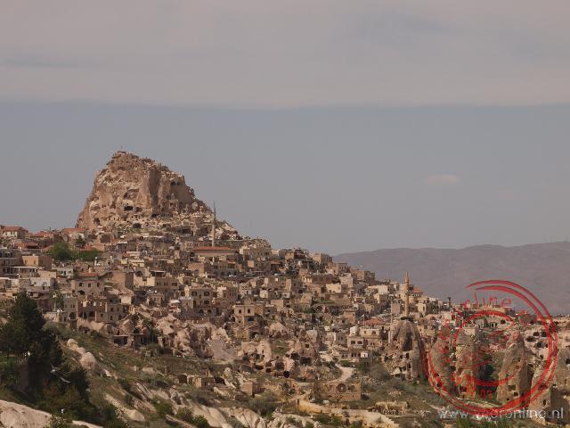 Rond het Uçhisar Castle zijn vele grotwoningen uit de bergen gehouwen