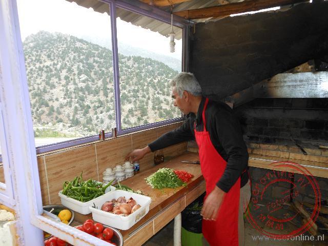 De forel wordt klaargemaakt in een klein keukentje langs de weg