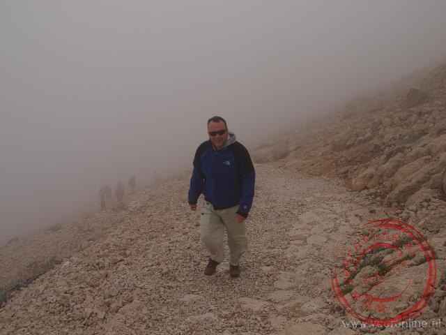 De beklimming van de grafheuvel van Nemrut Dagi in dichte mist