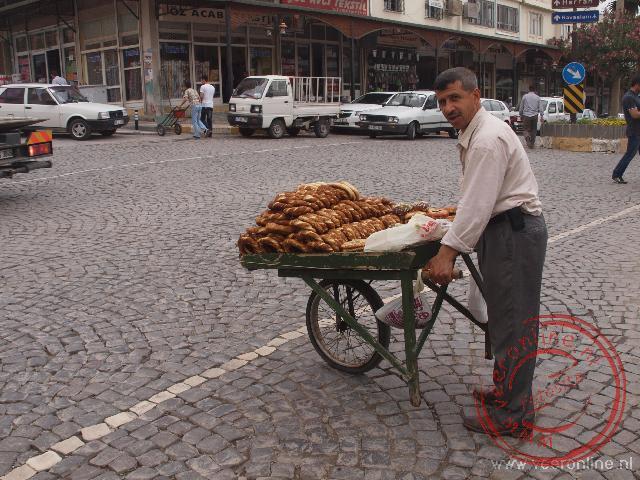 De straatverkoper probeert brood te verkopen in Sanliurfa