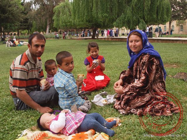 Een Koerdisch gezin in het park bij de citadel van Sanliurfa