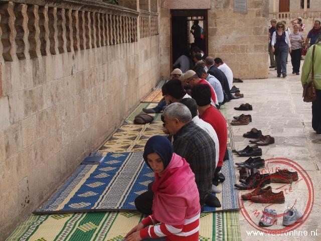 Naast de moskee wordt ook gebeden omdat binnen geen ruimte meer is