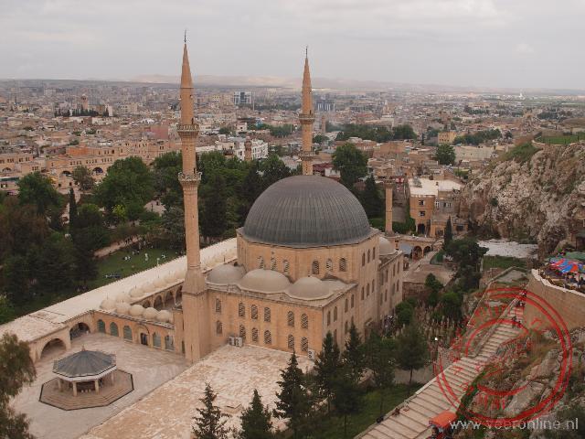 De grote moskee van Sanliurfa naast de geboortegrot van Abraham
