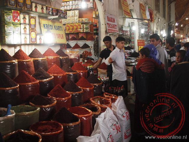 Een kruidenverkoper op de bazaar van Sanliurfa