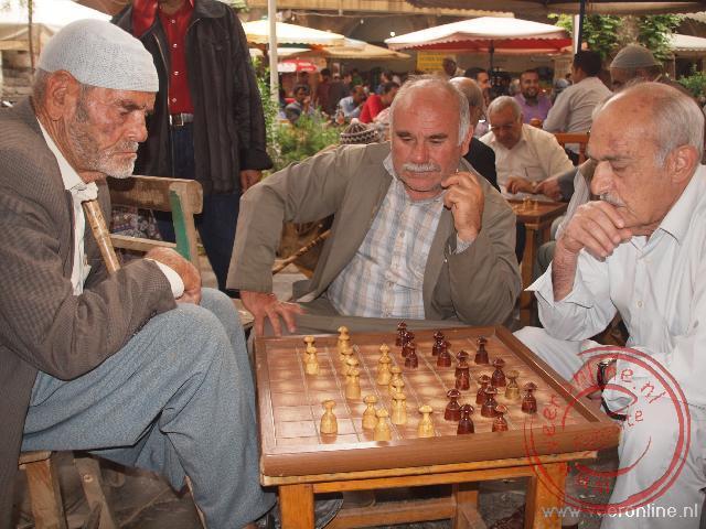 Mannen spelen een spelletje op de binnenplaats van de karavanserai