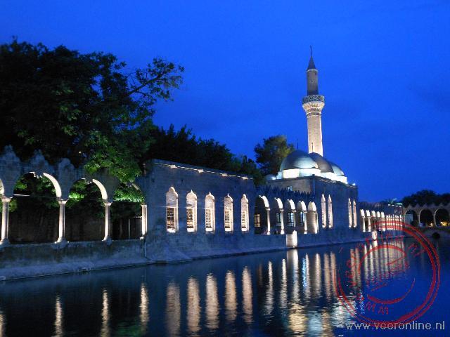 De Rizvaniye moskee van Sanliurfa weerspiegelt prachtig in de heilige visvijver