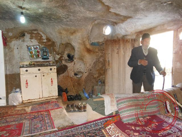 Een oude man nodigt mij uit in zijn oude grotwoning
