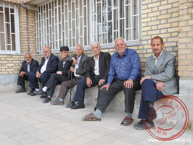 Een groepje mannen bij de Abdullah moskee