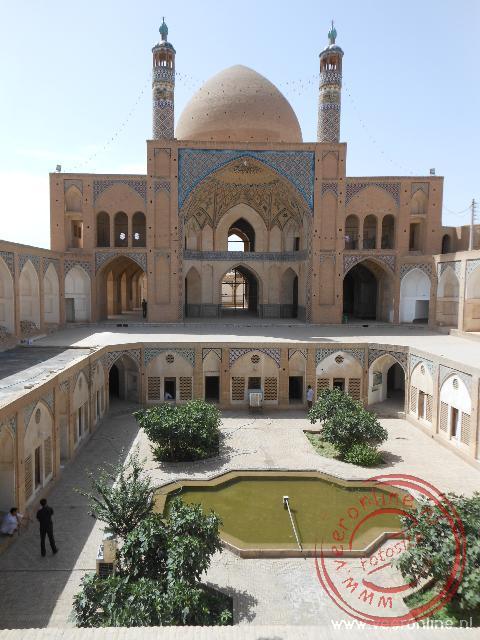 De 18de eeuwse Agha Bozorg moskee bevat zowel een moskee als madressa (koranschool)