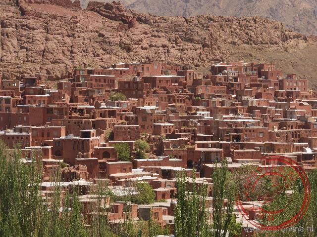 Het historische Unesco dorp Abyaneh tegen de berg aangelegen