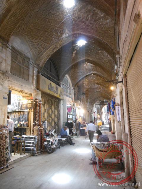 De lange overdekte winkelstraat in de bazaar van Esfahan
