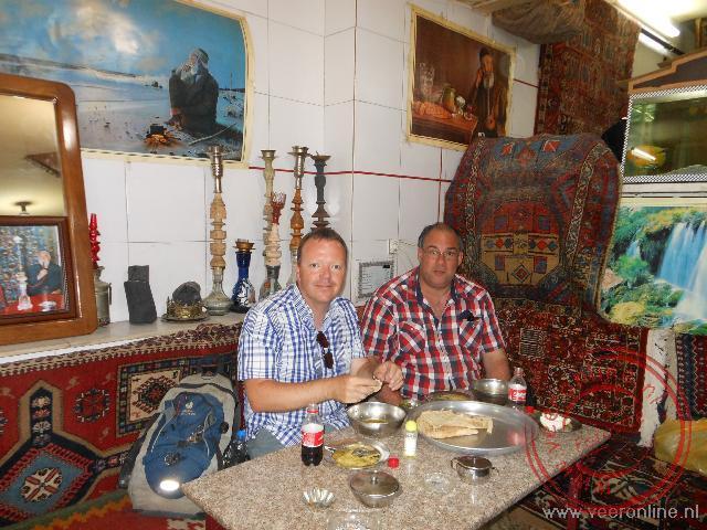 Eten in een lokaal Iraans restaurantje