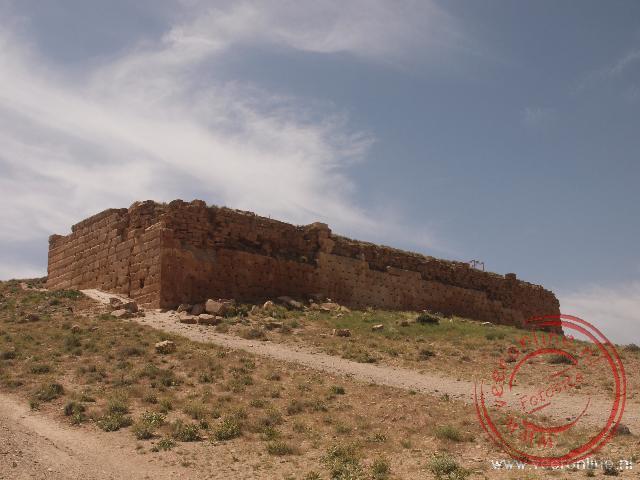 De restanten van de basis van een oude paleis in Pasargadae van 2.500 jaar geleden