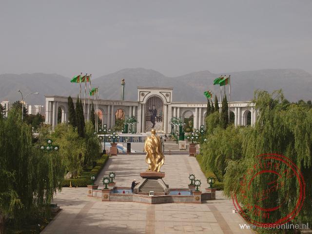 Het gouden standbeeld van Turkmenbashi in Ashgabat