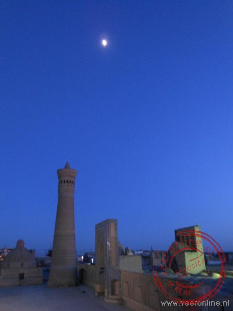 De maan staat boven het centrale plein van Bukhara