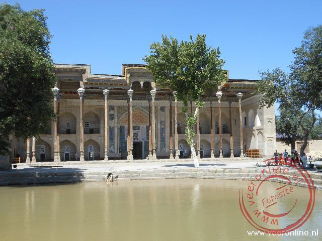 Een oude moskee in Bukhara met prachtige houten pilaren