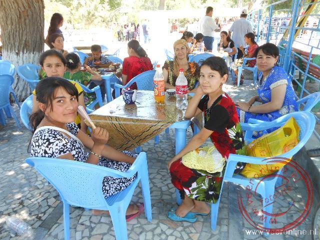 Een Oezbeekse familie in het park