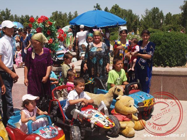 Een feestdag rond het oude paleis van Timur Lenk