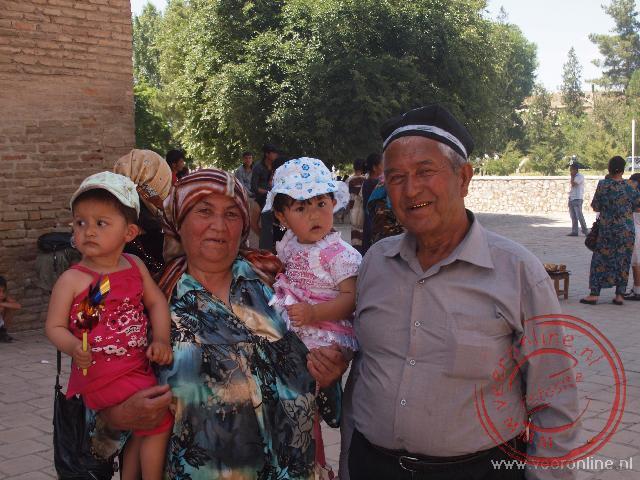Een Oezbeeks gezin op de foto in Sachnsabz