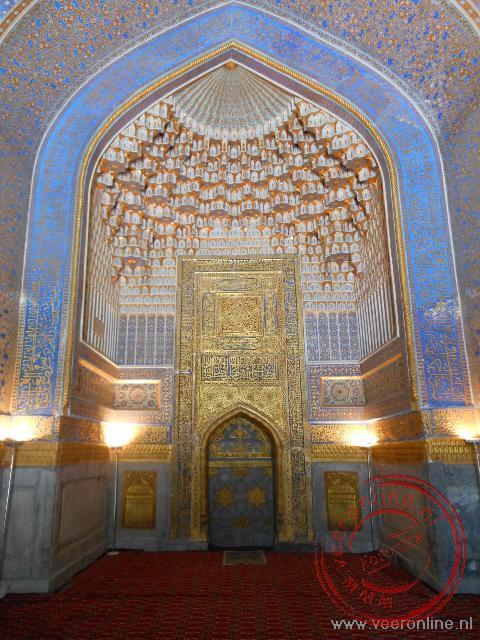 De prachtige mihrab in de gebedsruimte van de moskee