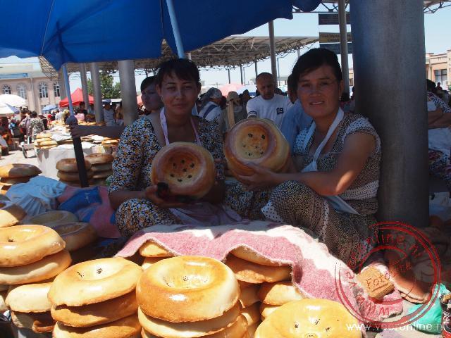Verkopers van brood op de bazaar van Samarkand