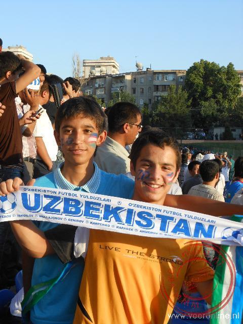 Jongen tonen trots hun favoriete ploeg