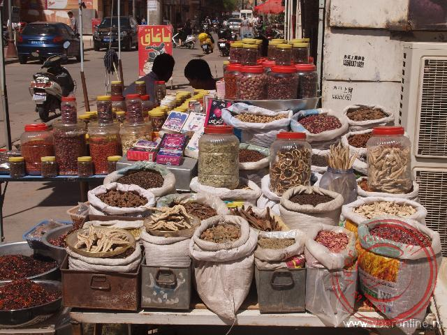 Een kruidenverkoper op de bazaar van Kashgar