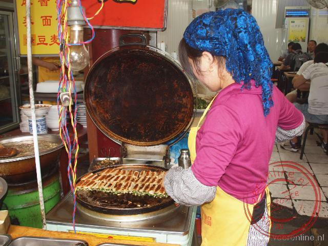 In de moslimwijk van Xian worden de loempia's op straat klaar gemaakt