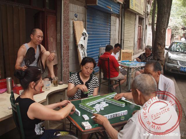 In de buitenwijk van Xian spelen mensen een spelletje op straat