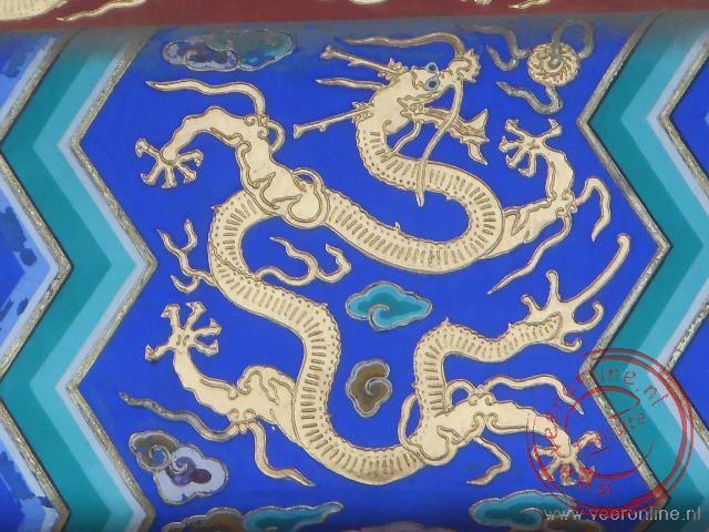 Een afbeelding van een Chinese draak in de tempel