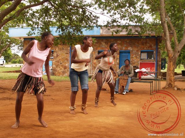 Vier meisjes proberen geld te verdienen met dans en zang