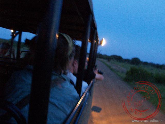 Op nachtsafari door het Kruger Park op zoek naar wild tijdens de zonsondergang