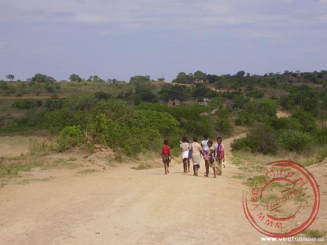 Kinderen komen uit school in Swaziland