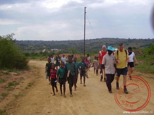 Tijdens de wandeling worden we begeleid door de plaatselijke jeugd