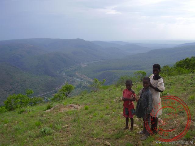 Enthousiast komen deze kinderen ons begroeten ver buiten het dorp