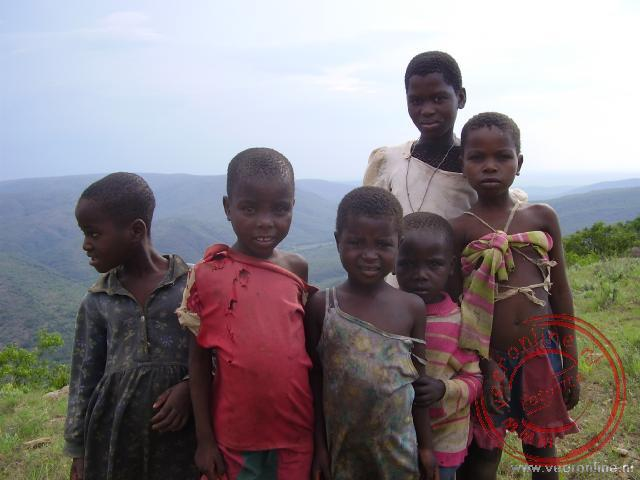 Deze kinderen leven op enige afstand buiten het dorp